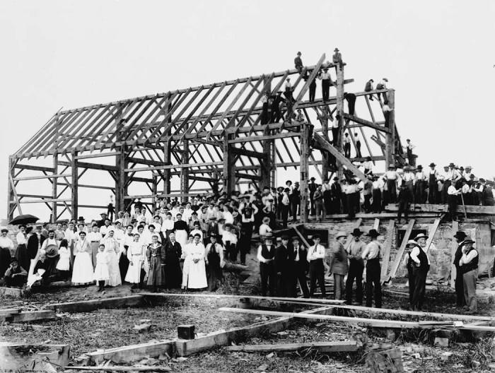 Kanada Lansingi kogukond ühistel küüniehitamise talgutel 20. sajandi alguses. Foto: Wikimedia Commons
