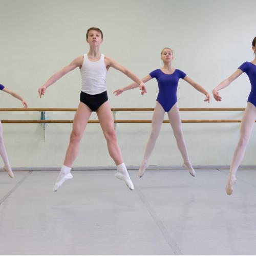 """Liis Treimann (Postimees) """"Klassi ainuke poiss"""". Tallinna Balletikoolis õpib iga viie tüdruku kohta vaid üks poiss. Nõukogude aja suur huvi balleti vastu on järjest kahanenud. Klassikatund – balleti alustala, hüpe pas échappé. Maximo ütleb, et poisse võiks olla rohkem – oleks lõbusam."""