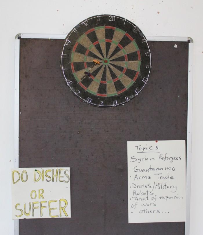 Ähvardused ja koosolekuteemad skvotitud kooli ühisruumi seinatahvlil. Foto: Kalev Aasmäe