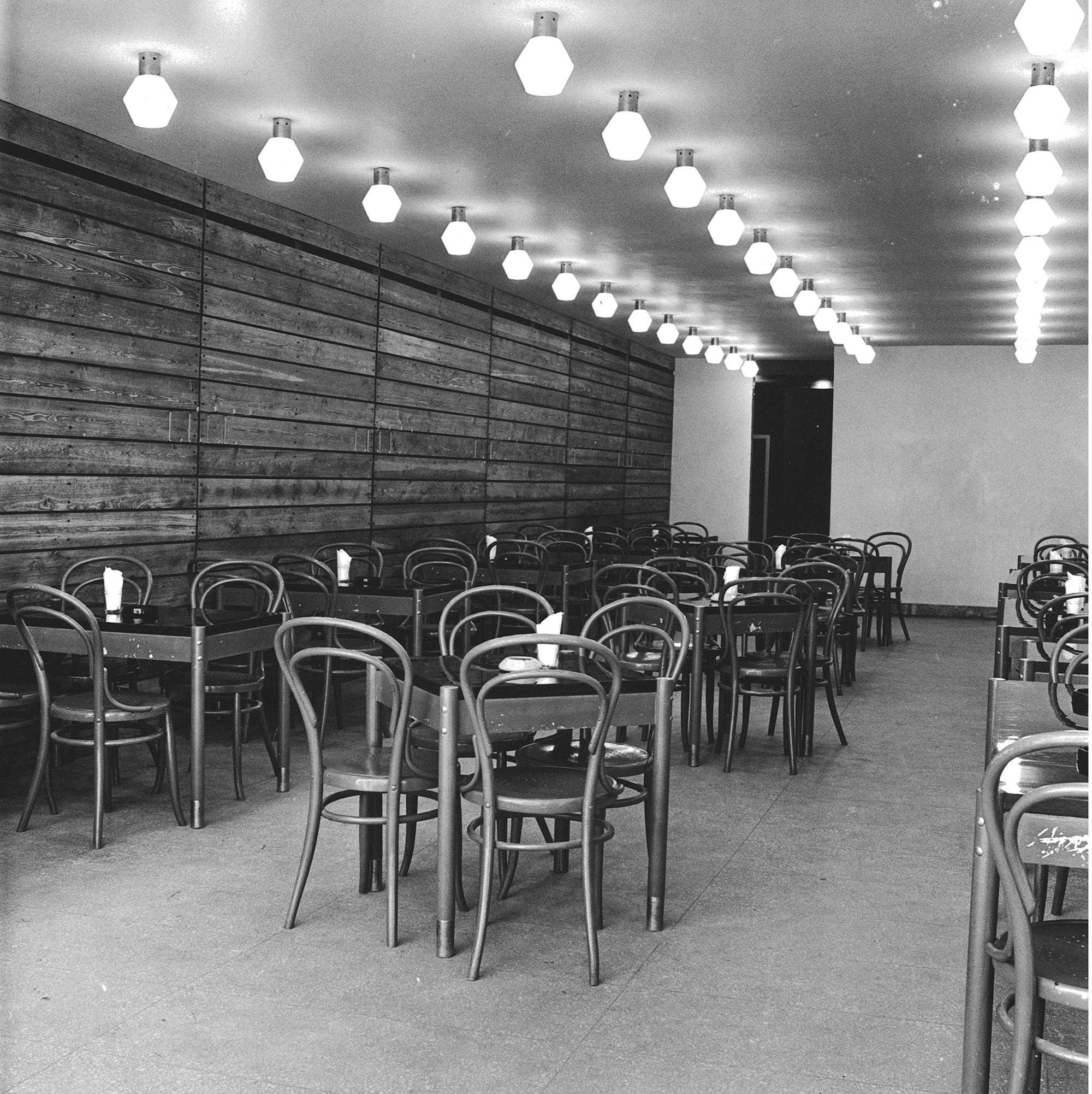 Kohvik Tallinn, 1967–1969, sisekujunduse autorid Väino Tamm, Vello Asi. Foto: EDTMi kogu