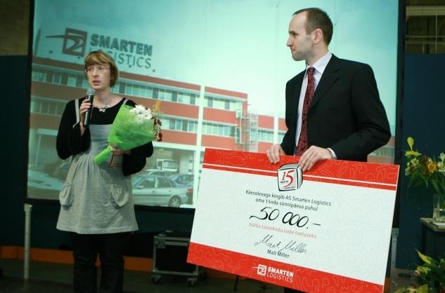 Köler Prize'i sponsor Smarten Logistics on toetanud ka teisi projekte. Pildil tšeki üleandmine Haiba lastekodule. Foto: rullrumm.ee