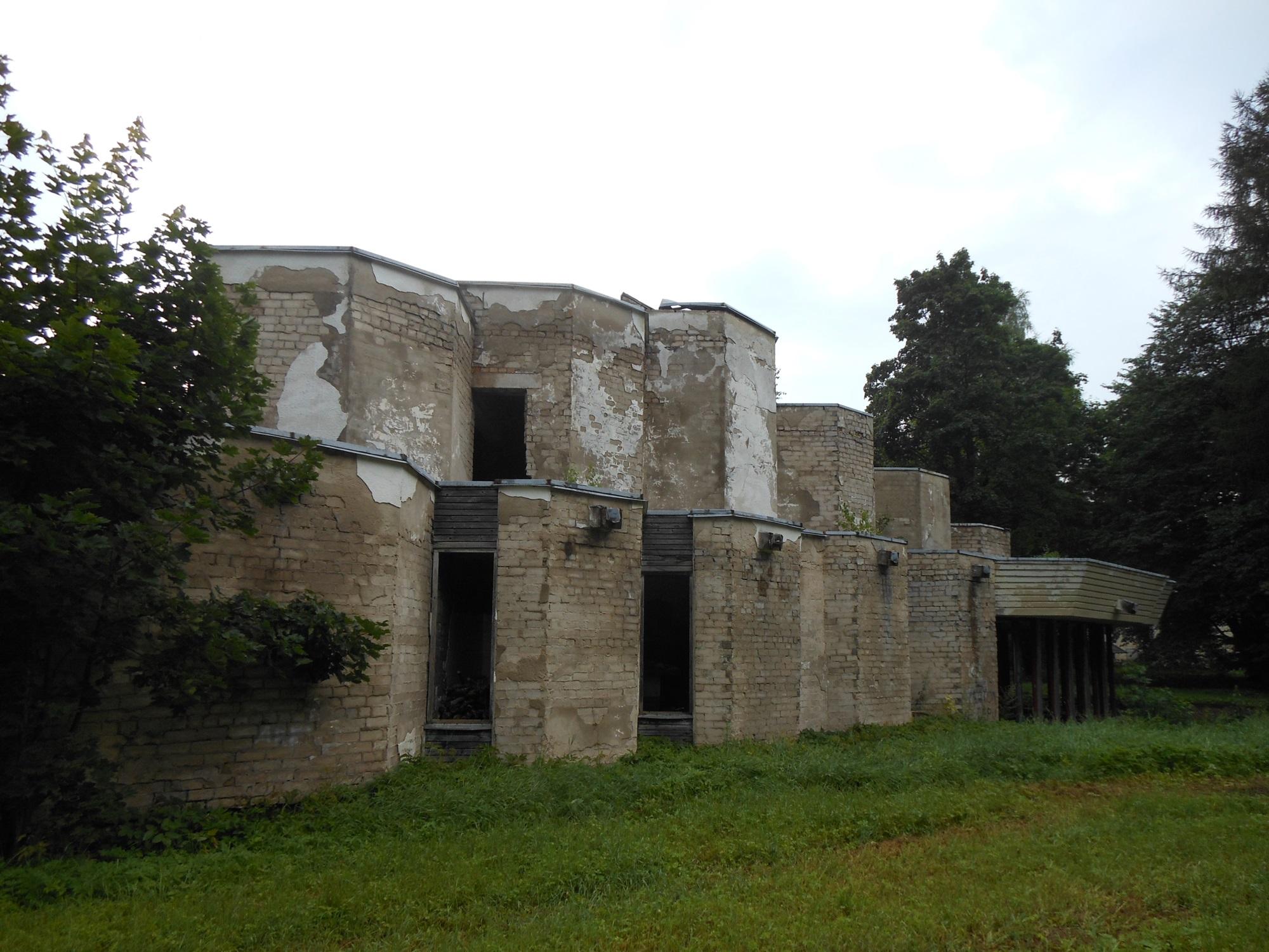 Jakov Sverdlovi nimelise (hiljem Tsooru) kolhoosi keskushoone, arhitekt Toomas Rein, ehitati aastatel 1969–1977. Foto: Laura Ingerpuu
