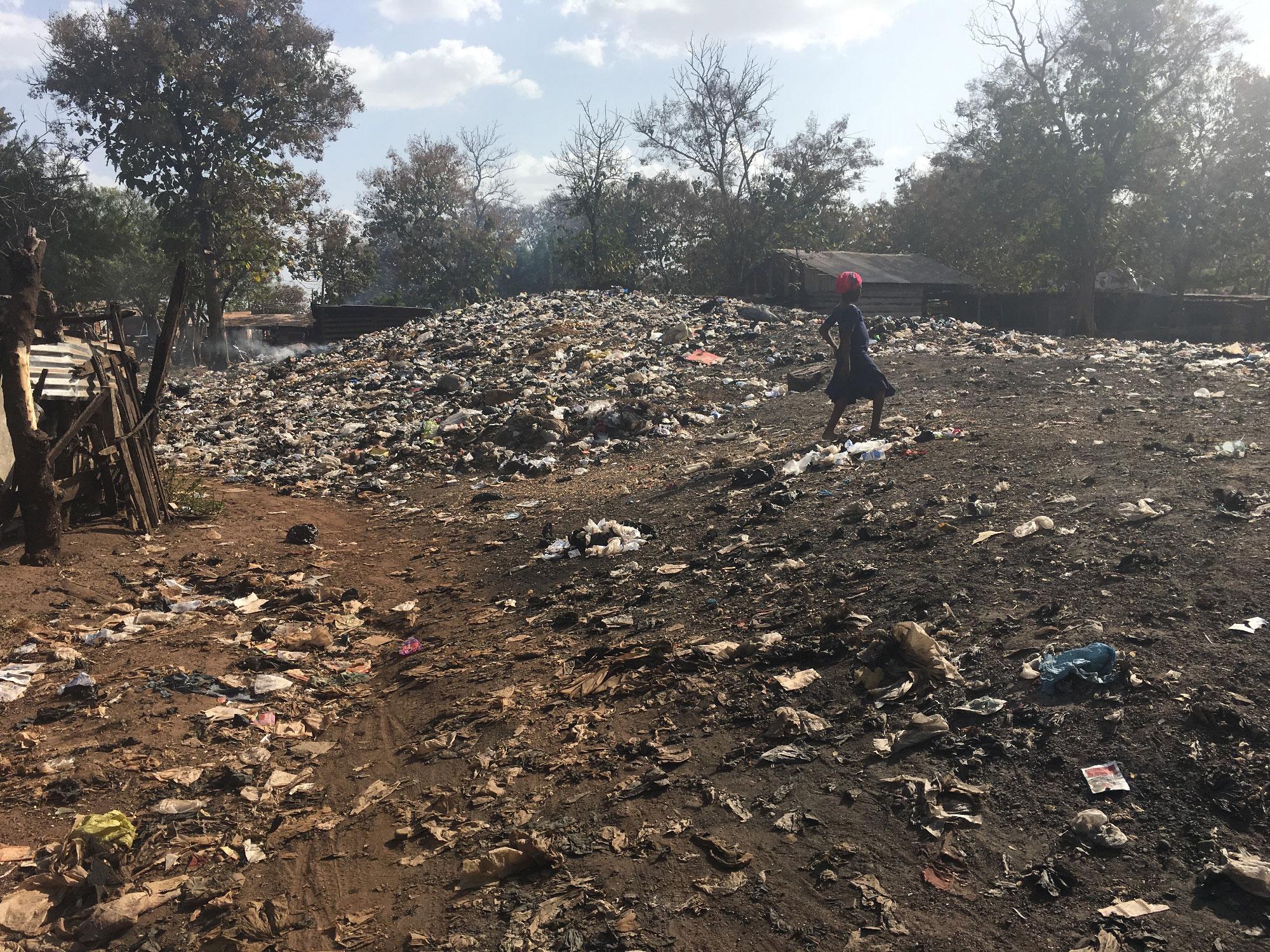 Koolimaja kõrval suitsev isetekkeline prügimägi Tamales. Foto: Helen Tammemäe