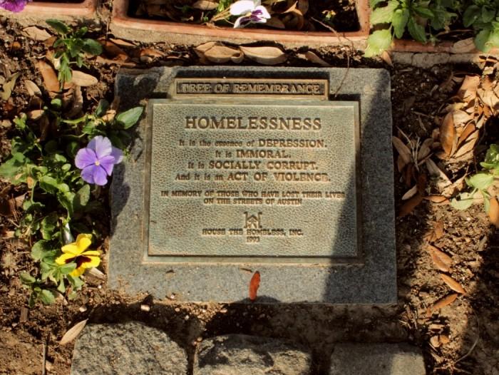 """""""Kodutus on depressiooni olemus. See on ebamoraalne. See on sotsiaalselt korrumpeerunud. Ja see on vägivallaakt! Nende mälestuseks, kes on kaotanud oma elu Austini tänavatel!"""" Foto: Kaija-Luisa Kurik"""