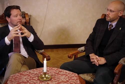 """Kultuurisõdalased Markus Järvi ja Varro Vooglaid. Kaader SAPTKi suvetuuri """"Kultuurisõda"""" videost."""
