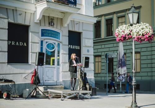 """Kaisa Eiche festivali ART IST KUKU NU UT ja näituse """"PRADA PRAVDA"""" avamisel Tartu Kunstimuuseumi ees 2013. aastal. Foto: Patrik Tamm"""
