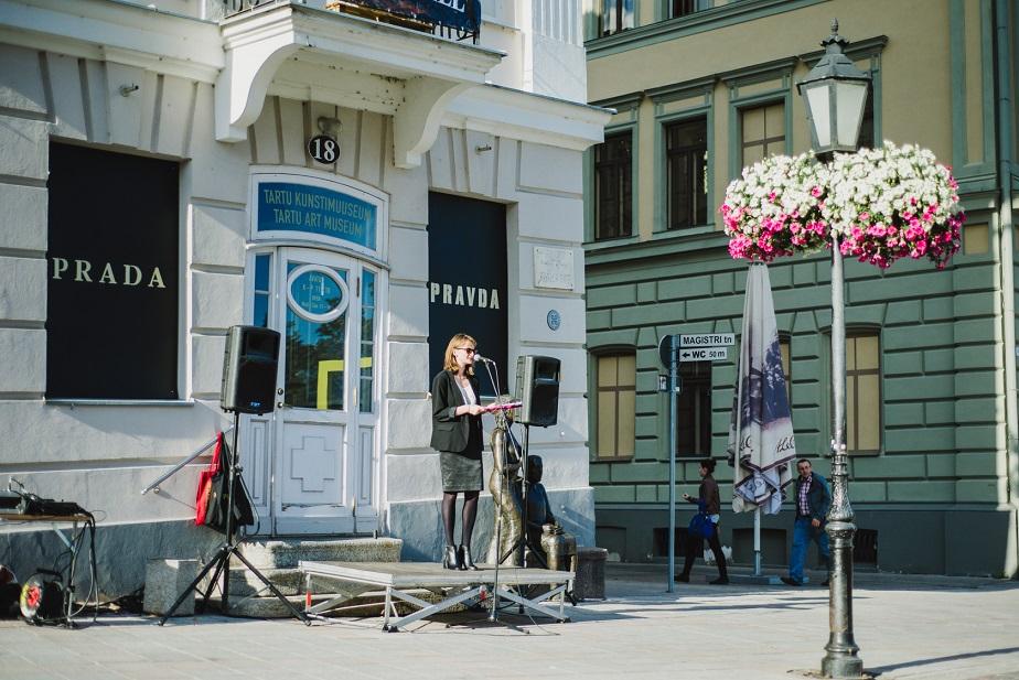"""Kaisa Eiche ART IST KUKU NU UT 2013 ja näituse """"PRADA PRAVDA"""" avamisel Tartu Kunstimuuseumi ees. Foto: Patrik Tamm"""