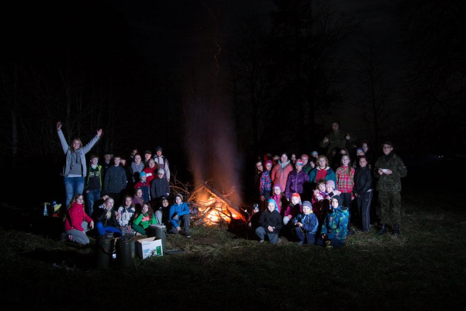 Traditsiooniline Vana-Kuuste öömatk 30. aprilli hilisõhtul, mille korraldusest võtab osa terve kogukond. Foto: Mikk Otsar