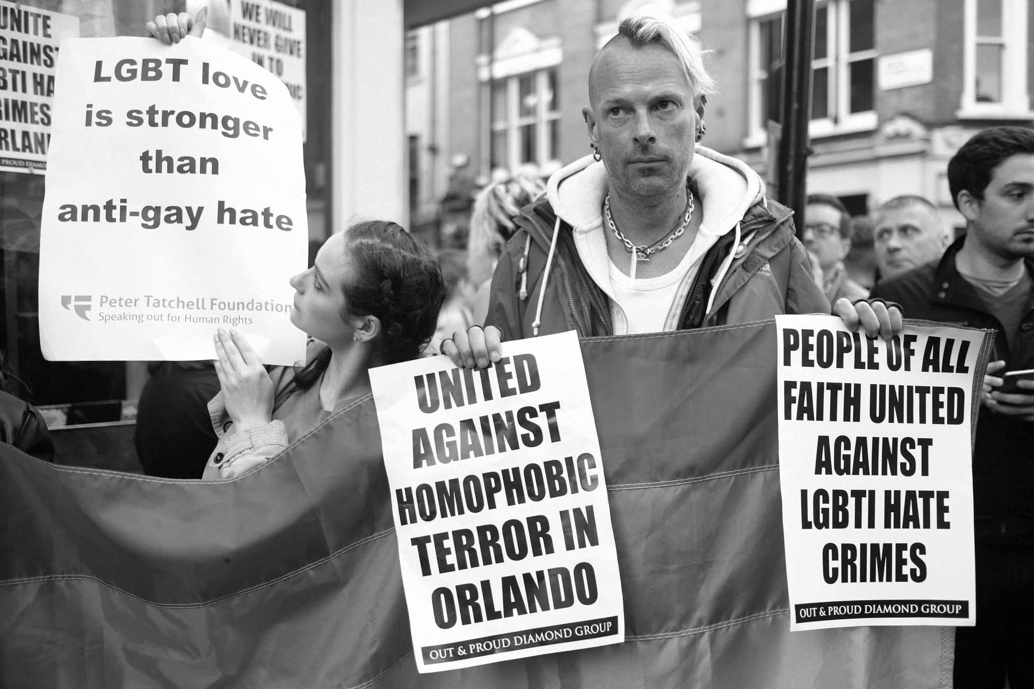 LGTB armastus on tugevam kui geide vastane vägivald - aktivistid Londoni leinaseisakul mälestamaks Orlando geiklubi tulistamises hukkunuid. Foto: Alisdare Hickson (CC BY-SA 2.0)