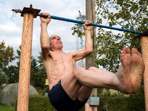 Volodja on eestlane, räägib vene keelt ja kuigi ta on juba üle kaheksakümne, on ta aktiivne maratonijooksja. Ta teeb oma datšas iga päev trenni ja käib Narva jões ujumas. Foto: Louisa Marie Summer, Goethe-Institut