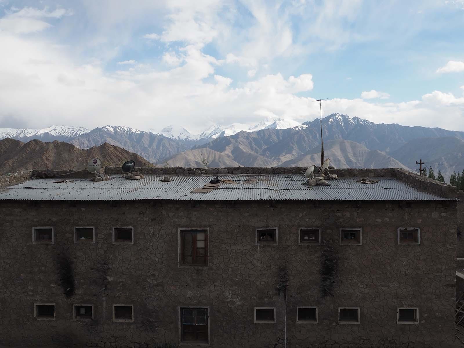 Vaade magamistoa aknast Leh-d ümbritsevatele mägedele.