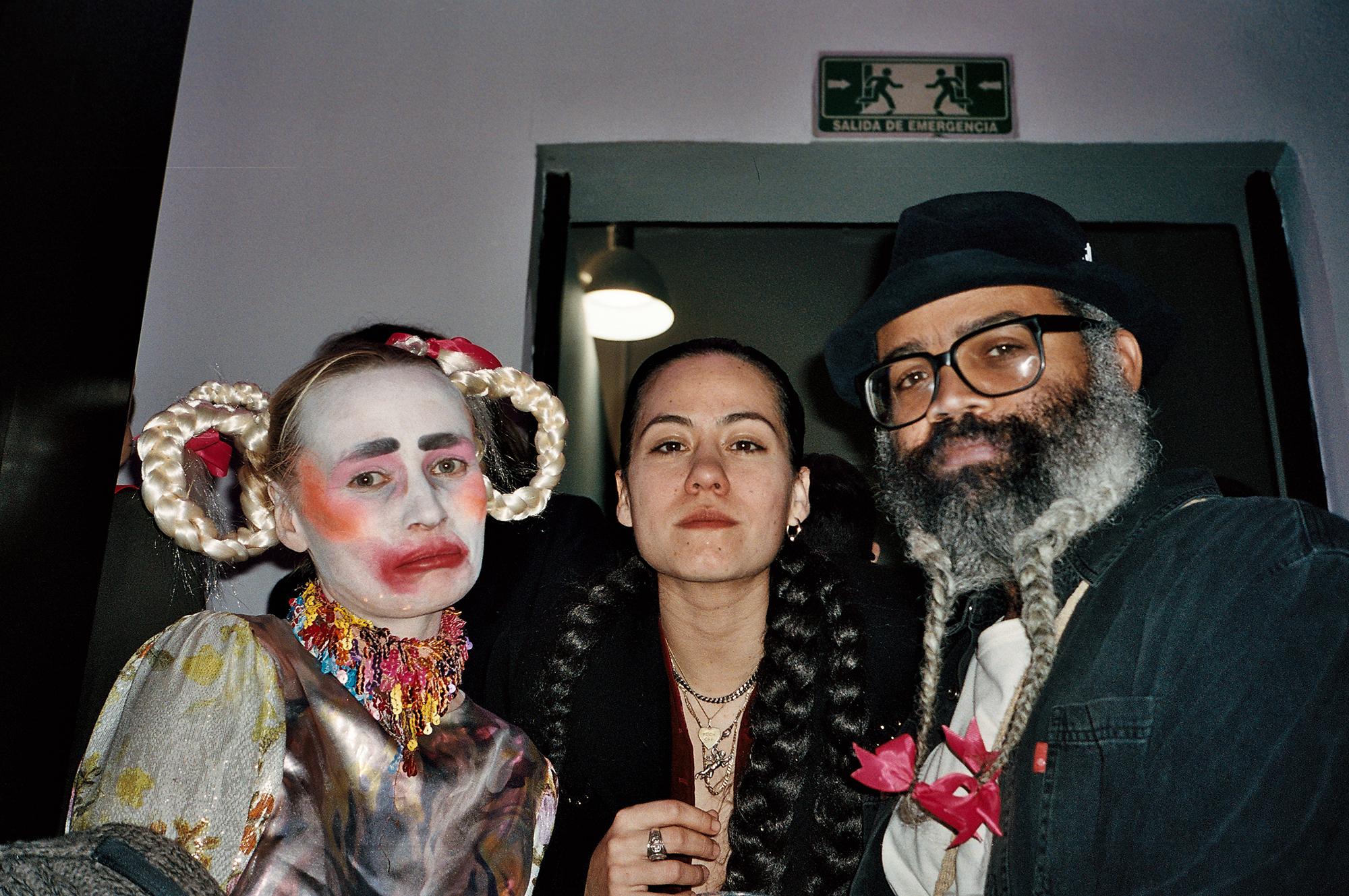 Kris Lemsalu, Mehhiko moekunstnik Bárbara Sánchez-Kane ja Kyp Malone. Foto: Maria Arusoo
