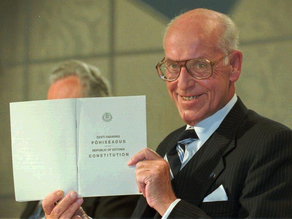 Lennart Meri Eesti põhiseadusega. Foto on illustratiivne