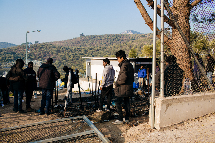 Laagri mahapõlenud telkidega ala on põlenguõhtujärgsel hommikul täis hirmu ning koristatakse nõutult järjekordselt ohvreid nõudnud õnnetuse tagajärgi.