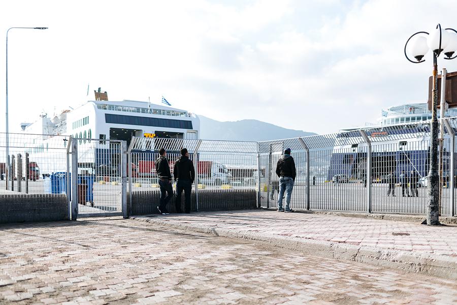 Tihti kohtab pagulasi sadamas, kus peatuvad praamid, mis viivad reisijaid mandrile. Paik, kus igatsetakse ja oodatakse. Täheldan, et riskijad lipsavad pimeduses mõnikord ka aia vahelt läbi.
