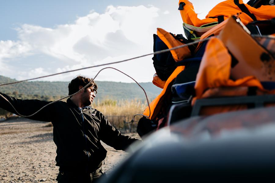 Poolteist aastat tagasi Süüriast põgenenud Omar töötab nüüd vabatahtlikuna Lesbosel, olles üks esimesi inimesi, kes saarele randujad vastu võtab.