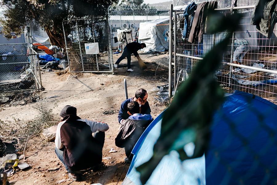 Erinevalt saare teistest laagritest on Moria enim ülerahvastatud ja kõige kaootilisem. Naised, lapsed ja erivajadustega põgenikud paigutatakse võimalusel rahulikematesse ja paremate tingimustega laagritesse.