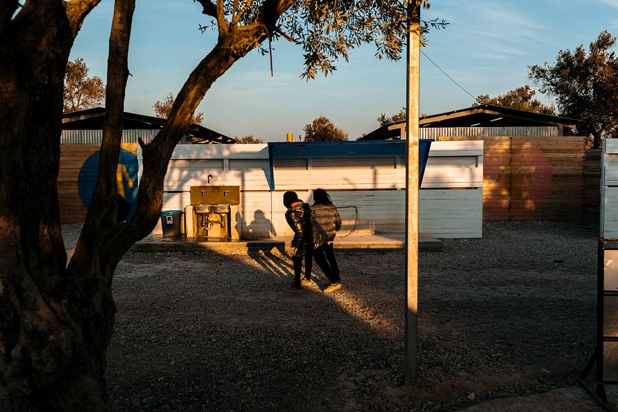Üks pagulaspere tüdrukutest Kara Tepe laagris märkab mu kavatsust õhtuvalguses varje tabada ning otsustab peatuda. Vallandub aimatav edvistamine müksamisi peatuvate varjude vahel.