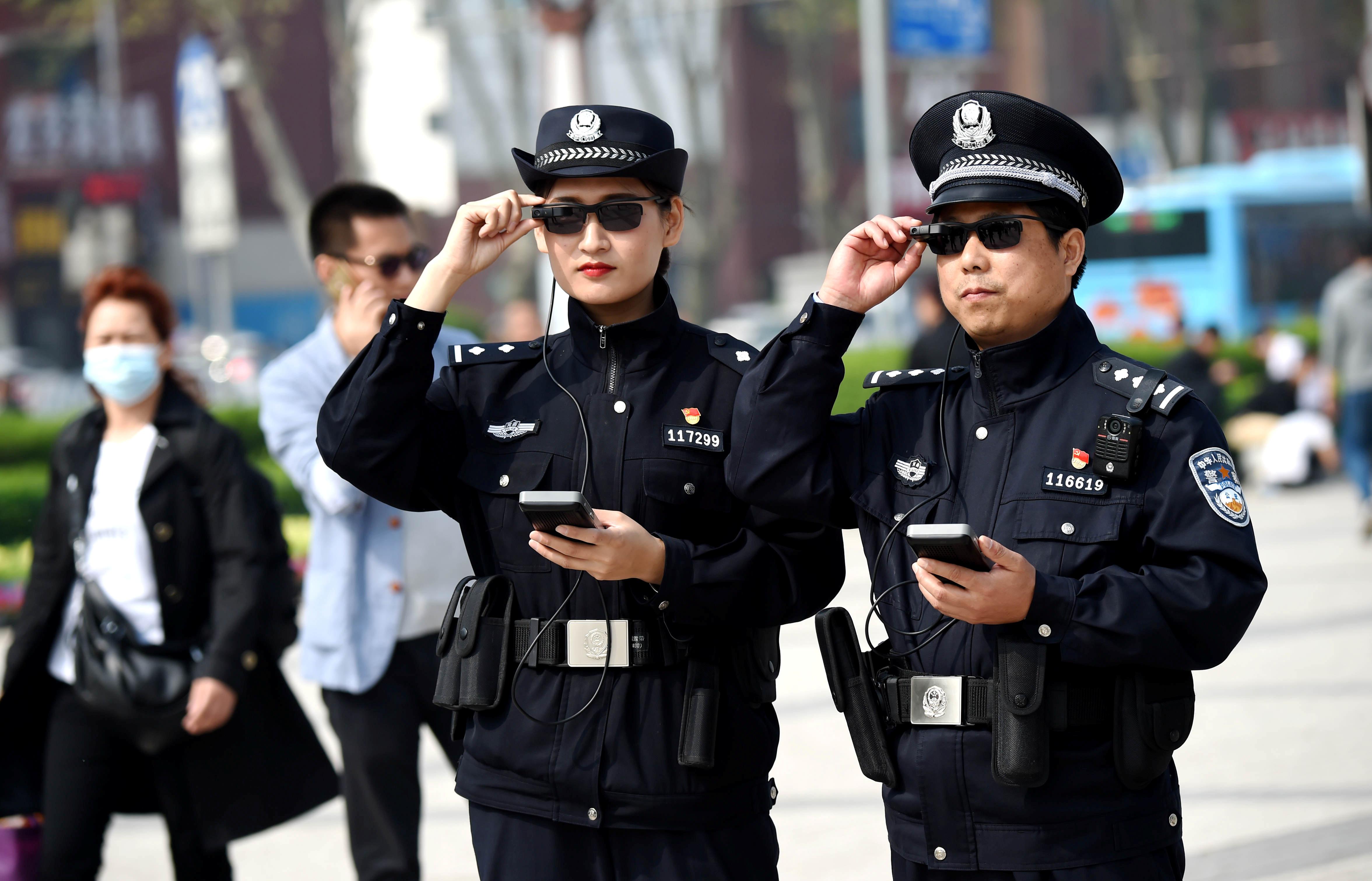 Luoyangi linna politseinikud skannivad kodanikke tehisintellektiga varustatud prillidega. Foto: China Stringer Network / Reuters / Scanpix