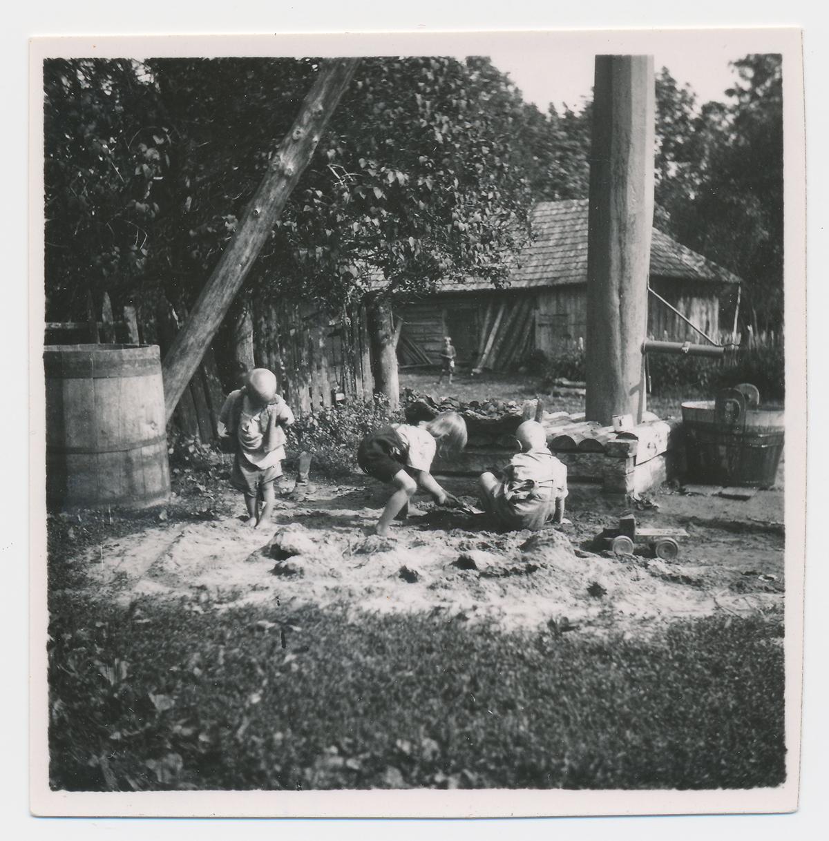 Talulapsed liivahunnikus mängimas, Nõo, Tähtvere vald, Tedre talu, 1942. Foto: Richard Viidebaum (Viidalepp) (Eesti Rahvaluule Arhiiv)