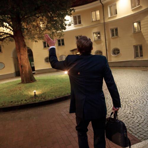 """Erik Prozes (Postimees) """"Ma tulen veel tagasi!"""". """"Ma tulen veel tagasi!"""" viipab Jürgen Ligi Stenbocki majale, lahkudes seal toimunud erakorraliselt pressikonverentsilt, kus ta teatas tagasiastumisest."""