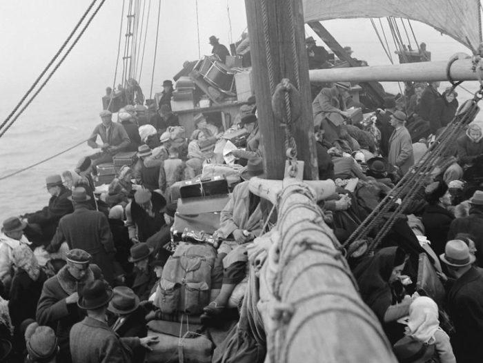 """Põgenikud väikelaeval """"Triina"""", mis lahkus Tallinnast 19. septembril 1944, pardal ligikaudu 450 eestlast ja 80 rannarootslast. Foto: estonica.org"""