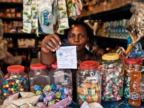 Caroline Muchanga hoiab käes turumaksu maksmist tõendavat kviitungit. Foto: Jason Larkin
