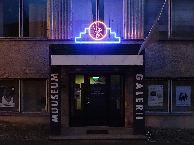 Marge Monko loodud neoonsilt Võrumaa Muuseumi sissepääsu kohal. Foto: Marge Monko