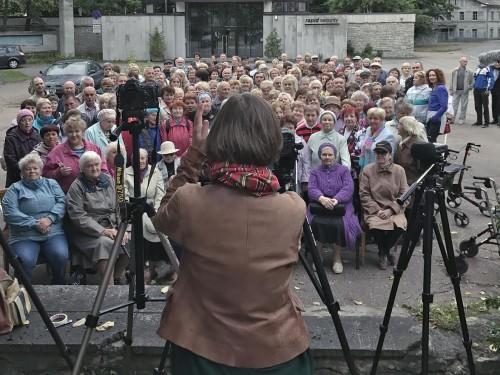 Maria Kapajeva tegemas grupipilti Kreenholmi endistest töötajatest. Foto: Liisa Kaljula