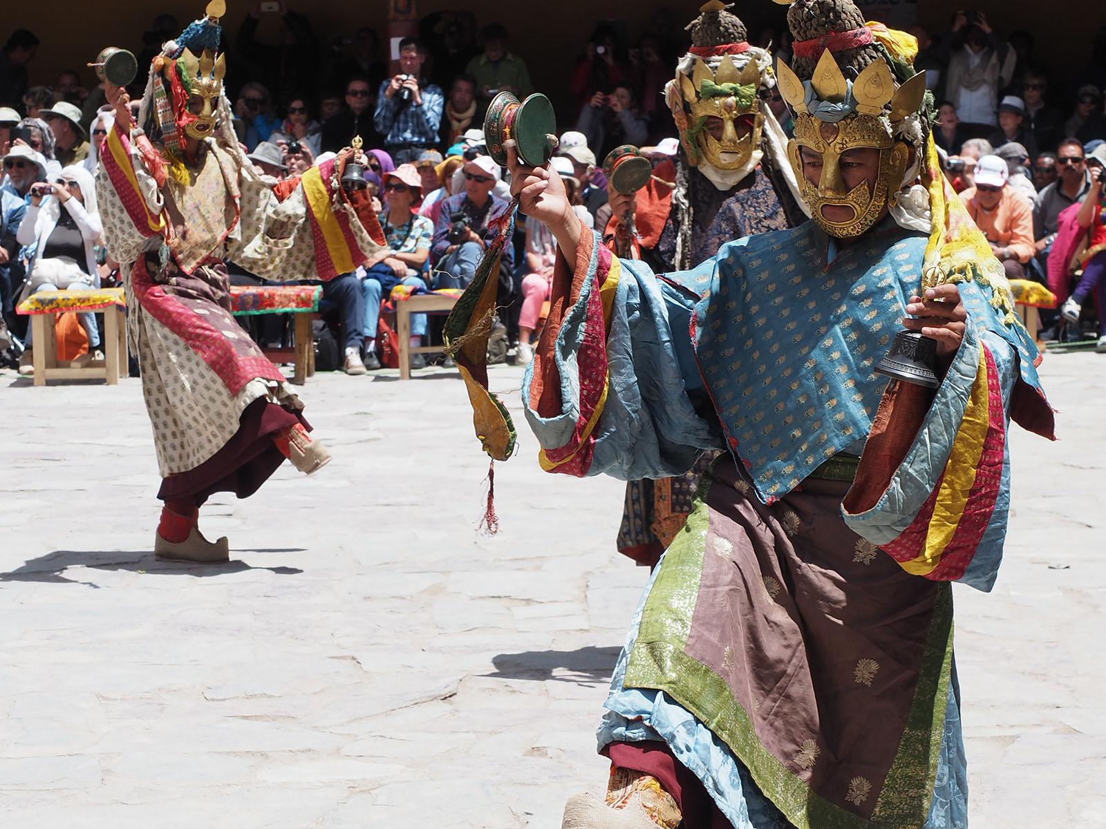 Päev läbi kestval maskitantsu tseremoonial tantsitakse ja lauldakse trummirütmi saatel ette budistlike õpetusi ning nii on mungad läbi aegade kirjaoskamatule külarahvale õpetusi jaganud. Turistidele on maskitantsu tseremooniast  osavõtmist hakatud lubama alles viimastel aastatel.