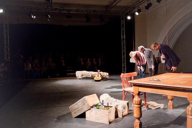 """Teatro Poetico avalavastuse """"Meil siin Hüperboreas"""" lõpukummardus. Foto: Lauri Kulpsoo"""