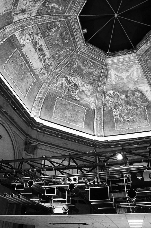 Meistri filigraansete maalingutega kuppellaed on asendunud paljaste ripplagedega. Foto: Liisa Valdmann