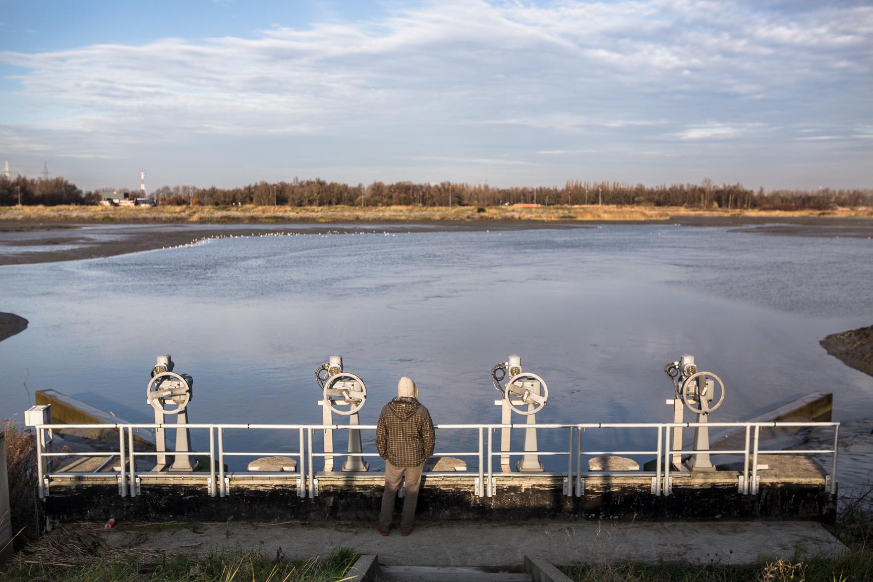 Mihkel Pukk vaatamas vee kõrvalejuhtimiseks ehitatud poldrit Antwerpenis. Foto: Renee Altrov