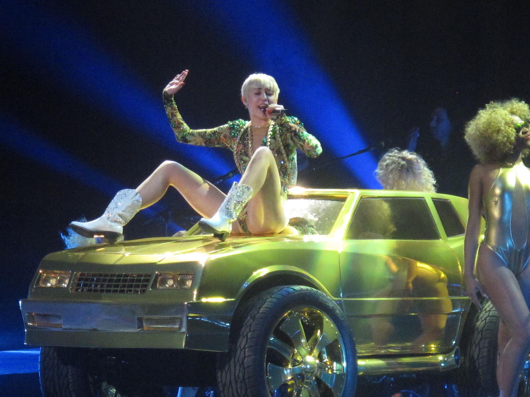 """""""Kuidas on pop sellise hardcore-pornoni jõudnud?"""". Miley Cyrus kontserti andmas. Foto: Flickri kasutaja karina3094"""