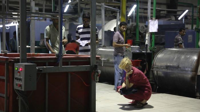"""""""Moest väljas"""" jälgib moedisainer Reet Ausi teekonda Tallinnast läbi Euroopa moelavade ning Lõuna-Ameerika puuvillaväljade otse massitootmise epitsentrisse Bangladeshi. Foto: Kaader filmist."""