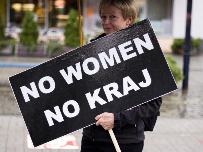 """""""Pole naist, pole riiki,"""" kõlab sõnum abordikeelu vastu protesteerija plakatil Poolas. Foto: Flickri kasutaja Iga Lubczańska (CC BY 2.0)"""