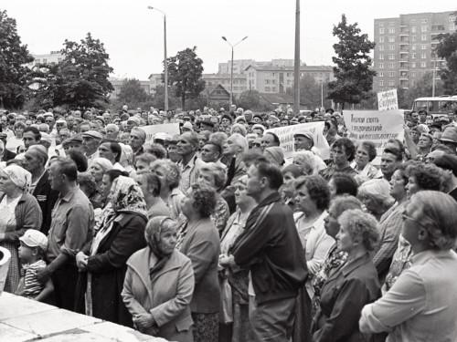 Narva elanikud 1990ndate alguses meelt avaldamas. Foto Rahvusarhiivi ajaveebist (EFA.204.0-259470)