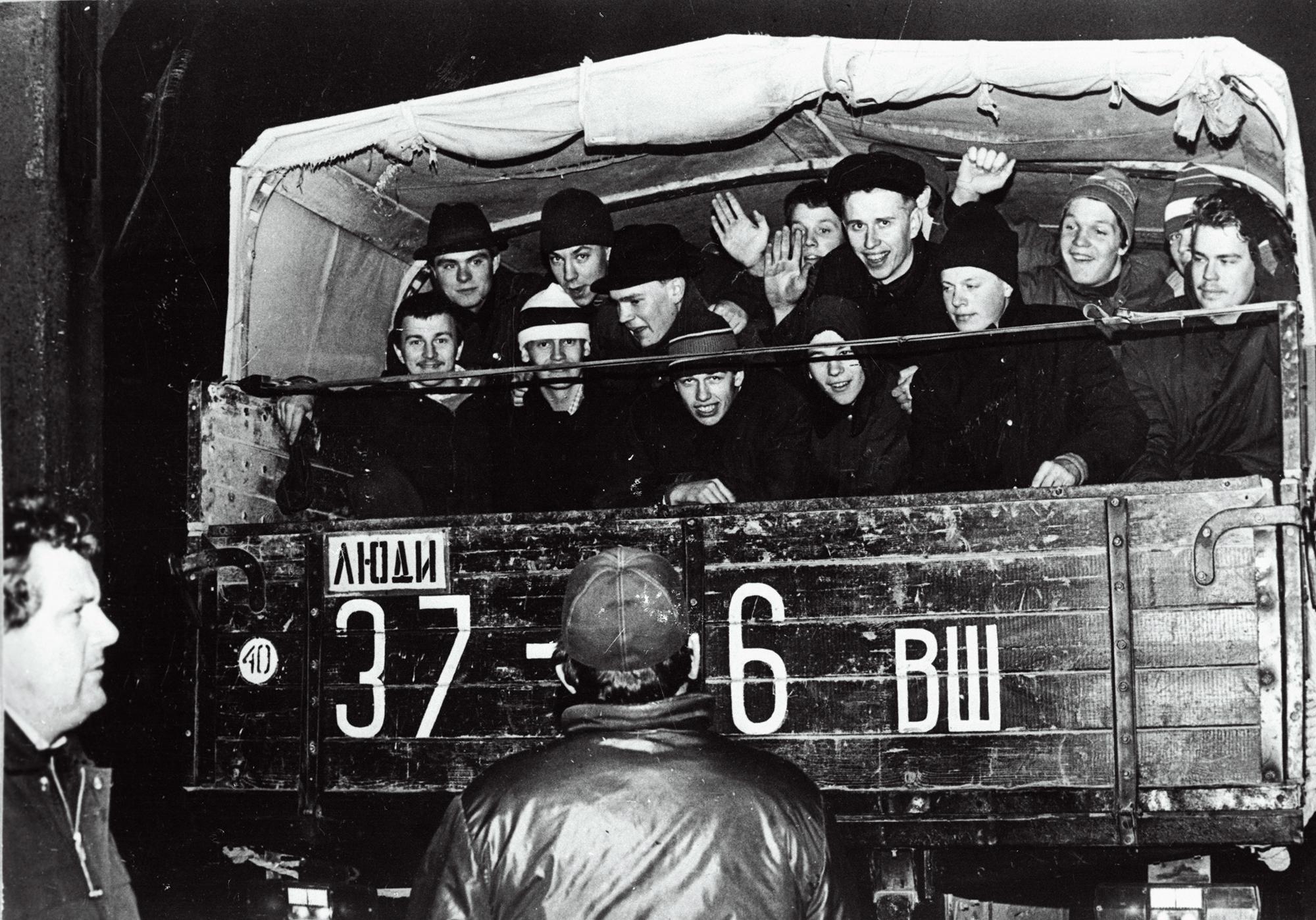 Kutsealuste sõidutamine teenimispaika 1990. aastal. Foto: Albert Truuväärt / Rahvusarhiiv