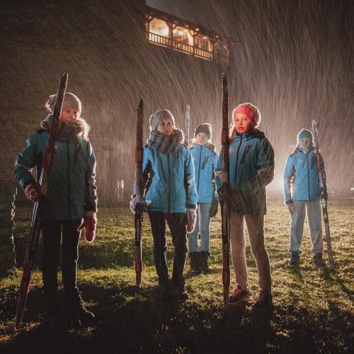 """Dmitri Kotjuh (Järva Teataja) """"Noored suusatajad"""". Ambla SK suusalapsed igatsevad vihmasel Vallimäel lund. Seni kuni kodukant nende nõudmistele tummaks jääb, sõidavad nad lumeotsinguil Soome ning Pärnu- ja Valgamaa vahet."""