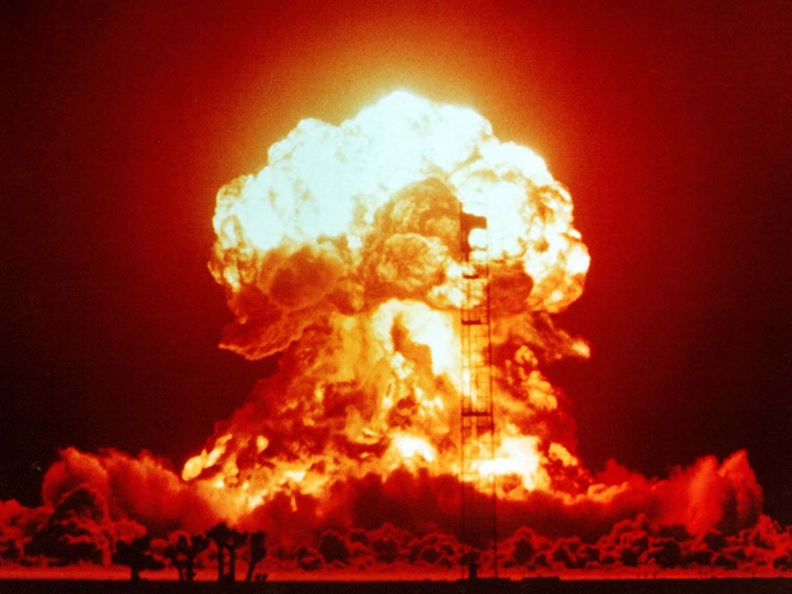 1953. aastal katsekorras õhitud tuumapomm Nevadas. Antropotseeni alguseks võib lugeda just sellistel õhkimistel radioaktiivsete elementide atmosfääri paiskamist. Foto: National Nuclear Security Administration / Nevada Site Office