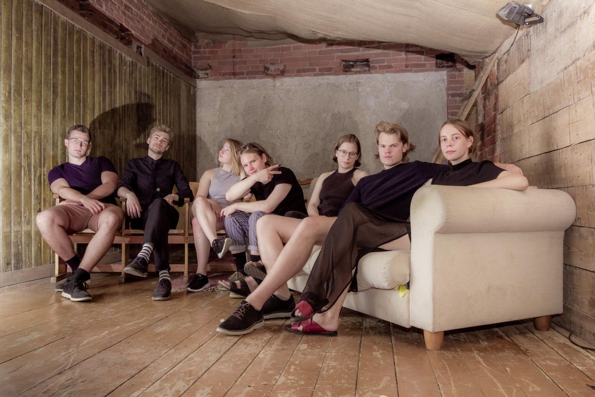 Vasakult Daniel Tamm, Karl Lembit Laane, Isabel Jezierska, Andres Reimann, Anna Linda Tomp, Robert Varik ja Helena Aadli. Fotod: Joakim Klementi