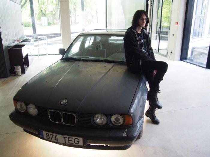 """EKA aatriumis olev BMW on osa kunstnik Tõnis Laursoni installatsioonist """"Meenutusi tühjast ajast"""". Foto: press"""