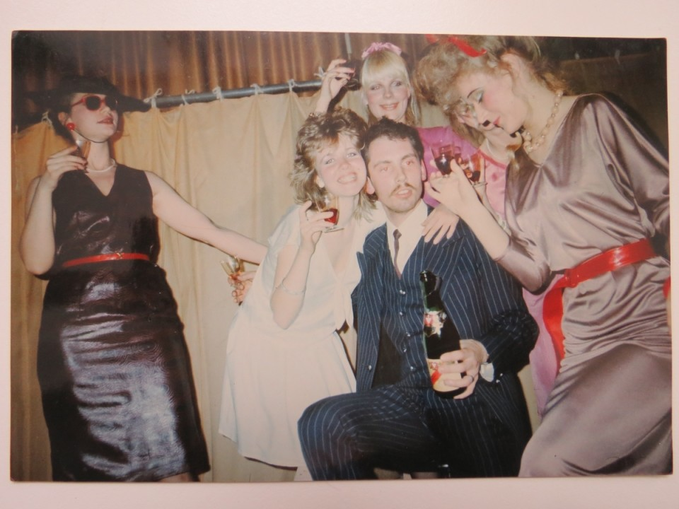 """Anne Metsise kollektsioon """"La Dolce Vita"""". Modellid vasakult: Haja Eist, Ene Unt, Pihle Kirsipuu, Anne Metsis, Epp Meisner, Eero Jürgenson (1983). Foto: Anne Metsise erakogu"""