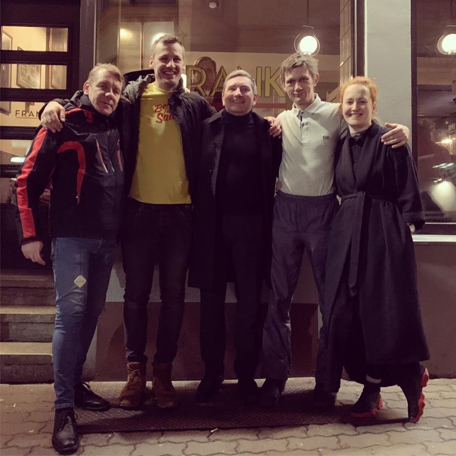 """Eve Gutmann-Valme ja Taavi Arus filmi """"Õiglus"""" tegijatega. Foto: Villem Valme"""