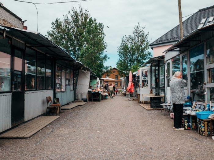 Gentrifikatsiooni kaudne ilming võib olla seegi, kui eraisikutest müüjatega traditsioonilised avaturud asenduvad turgudega, kus müüjad on pigem juriidilised isikud. Siinkohal sobib üheks näiteks ka Balti jaama turg. Fotod: Tõnu Tunnel
