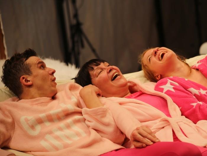 Esimesed 20–30 minutit ei tee näitlejad laval muud, kui naeravad hüsteeriliselt ja sunnitult. Foto: Ene-Liis Semper