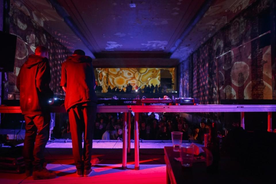 Möödunud aasta detsembris alustas Tallinnas peosari ISOLA, mis tõi Heliose kinno elektroonilise muusika suurnime Abdulla Rashimi. Pildil kohalikud techno-entusiastid Mihkel Maripuu ja Artur Lääts. Foto: Aleksander Kelpman