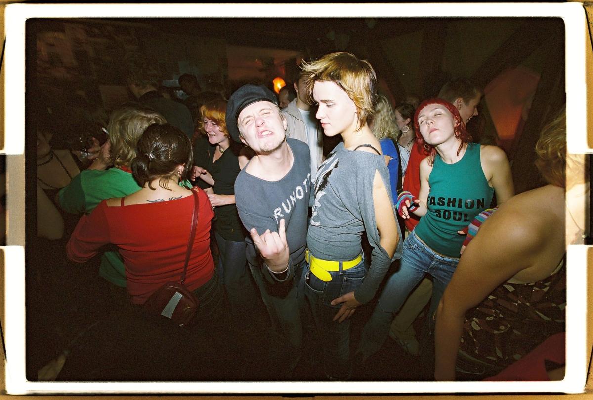 29. september 2006. Järjekordne sarja Indieshit pidu on toonud klubisse Maailm indie-kollektiivi Under Marie ning indie-sõbrad Tõnis Liivamäe ja Gabriela Järveti. Kolm aastat hiljem on kõik muutunud: Järvetist saab Tõnise abikaasa Gabriela Liivamägi ning Maailm moondub järjest mitmeks erineva nime ja ilmega pubiks, baariks ja lokaaliks, mis kõik kestavad lühikest aega ega saa tartlaste seas nii popiks kui Maailm. Foto: Lauri Kulpsoo