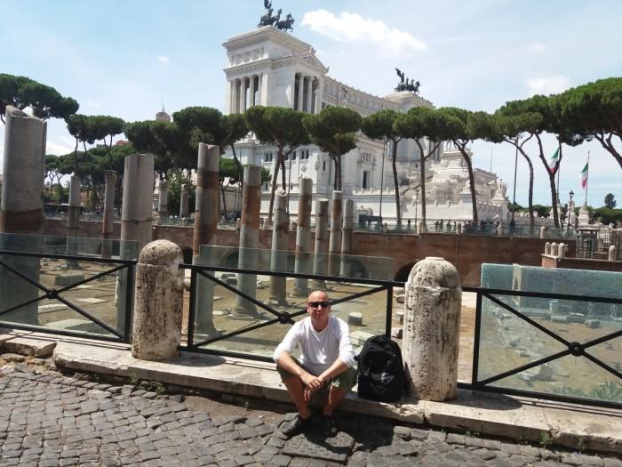 Klassikaline turistikas – Kaupo Meiel Roomas mingite varemete ja mingite kujude taustal. Foto: erakogu