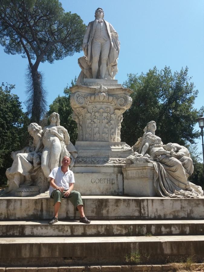 Klassikaline turistikas 2 – Kaupo Meiel Roomas Goethe monumendi taustal. Foto: erakogu